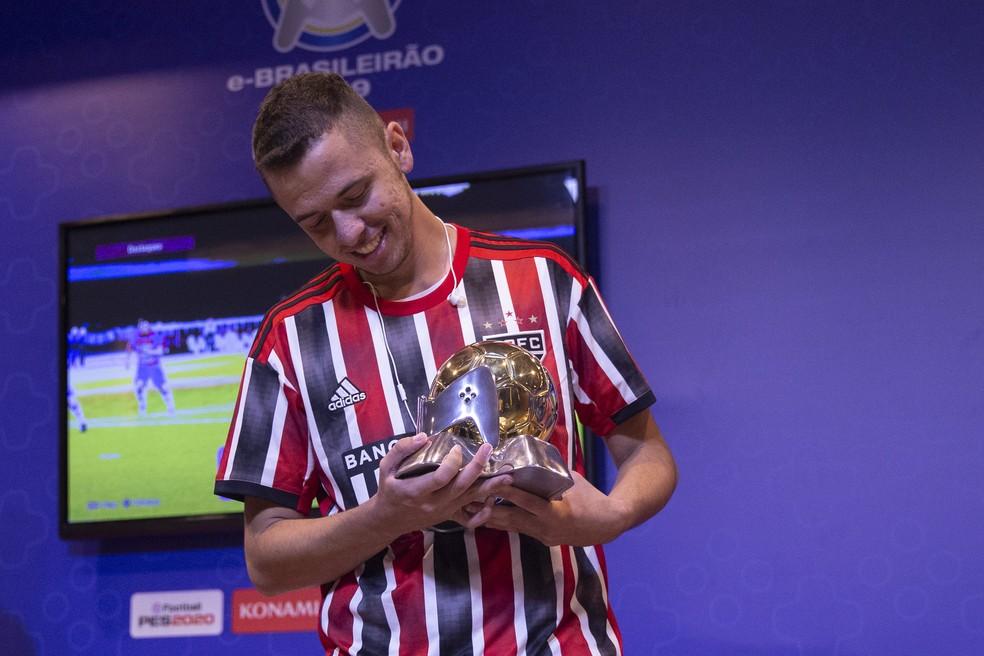 Thiago Avaré com a taça do e-Brasileirão 2019 pelo São Paulo — Foto: Thais Magalhães/CBF
