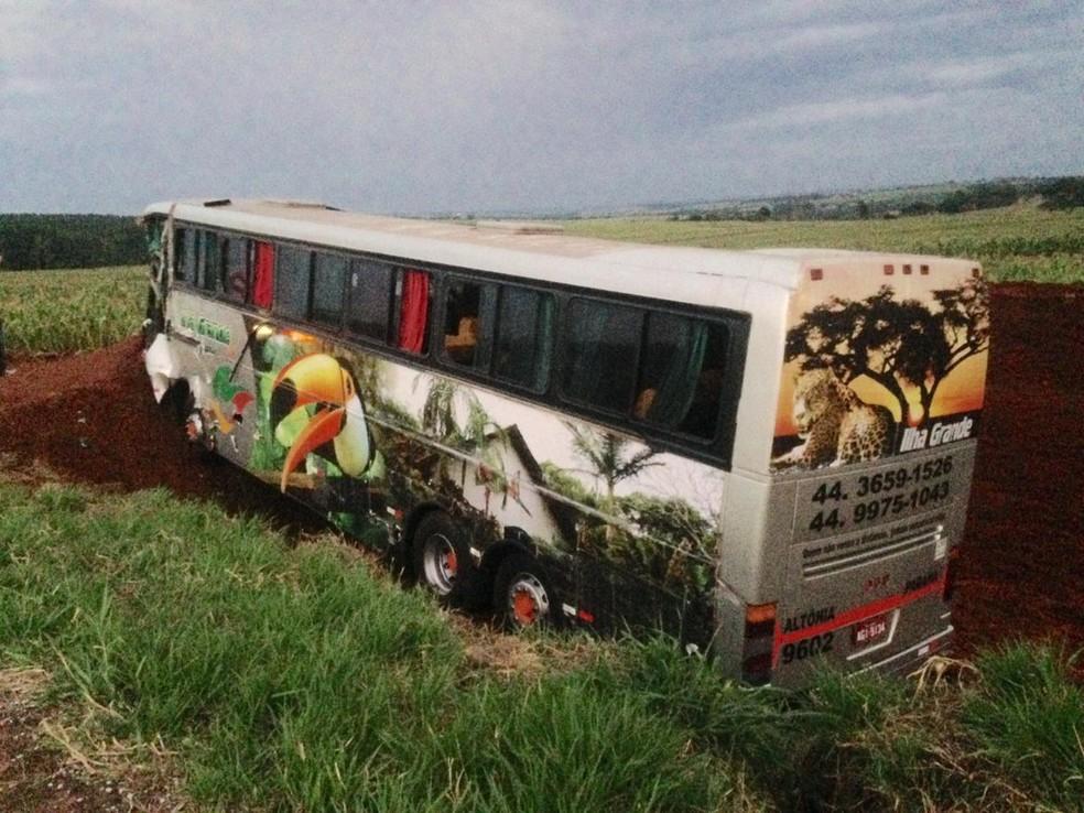 Ônibus se envolveu em acidente, em Umuarama — Foto: Silvio Alves/RPC