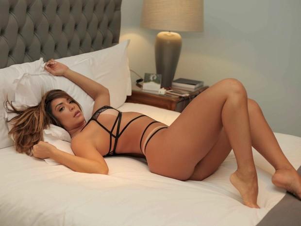 De lingeries super reveladoras, Denise Dias coloca corpão ...