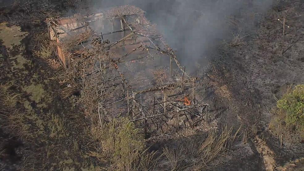 Incêndio destrói casas e galpões em Sete Lagoas. — Foto: Reprodução TV Globo