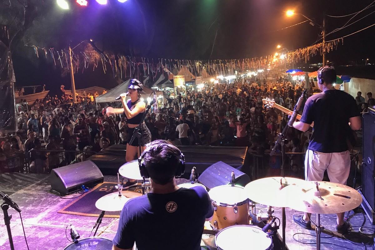 Mistura de ritmos marca o encerramento do carnaval na praia do Farol, em Campos, no RJ
