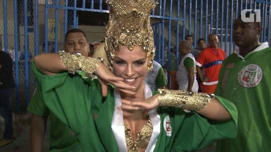 Paloma Bernardi aparece loura para o desfile da Grande Rio na Sapucaí
