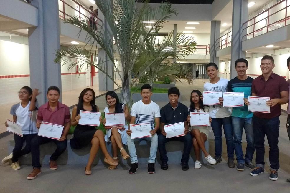 -  Alunos da Escola Tecnológica de Santarém com os certificados de conclusão de cursos  Foto: Agência Pará/Divulgação