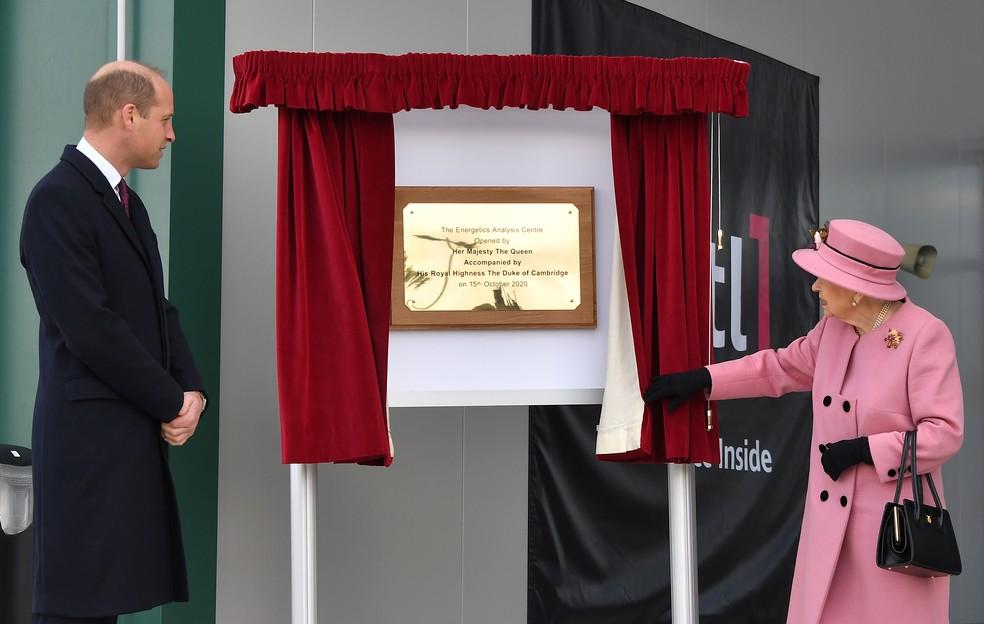 Príncipe William acompanha a rainha Elizabeth II na inauguração de laboratório no sul do Reino Unido nesta quinta-feira (15) — Foto: Ben Stansall/Pool via Reuters