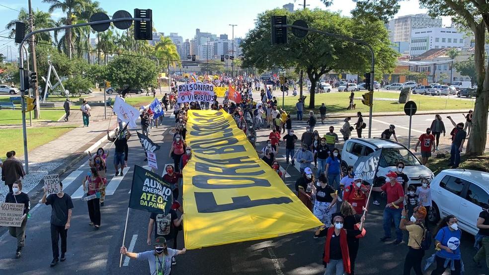 Manifestantes com faixa 'Fora Bolsonaro' durante passeata em Florianópolis em 29 de maio — Foto: Mateus Castro/NSC TV