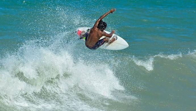 Emanoel Tobias surfe (Foto: Alexandre Ramos)