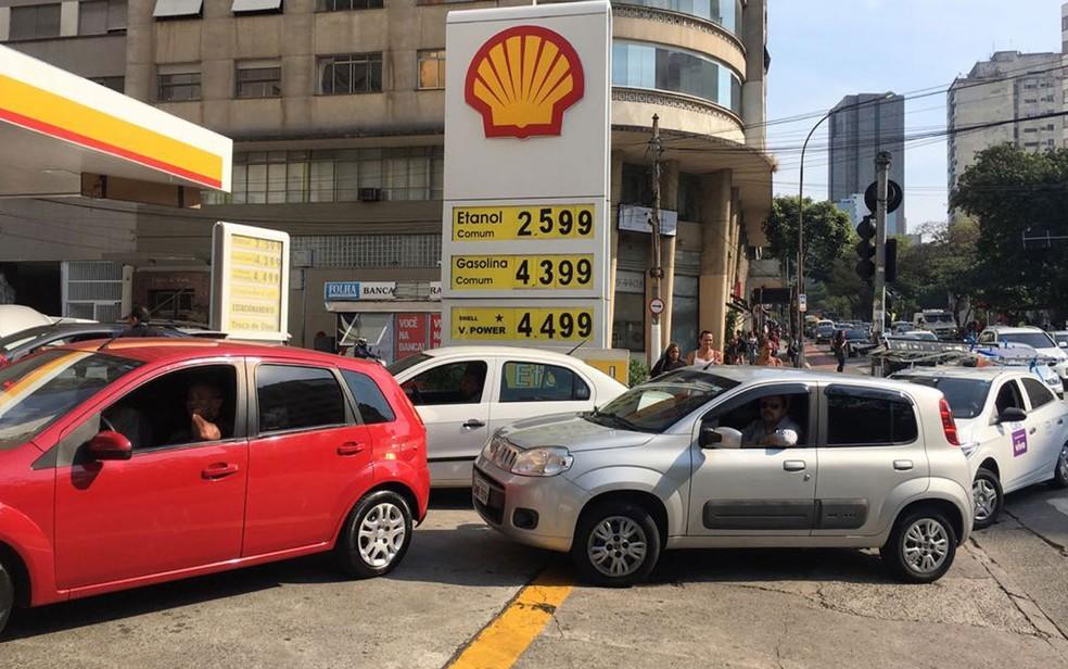 Posto de gasolina tem fila na Rua da Consolação, região central de SP (Foto: Celso Tavares/G1)