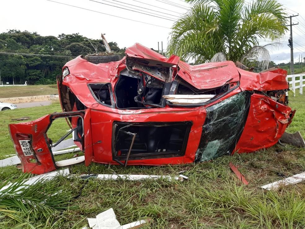 Carro ficou destruído após capotamento na BR-364 em Porto Velho — Foto: Maríndia Moura/Rede Amazônica