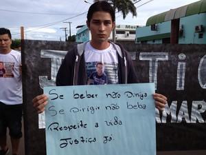 Amigos levaram cartazes com pedido de justiça (Foto: Fabíola Gomes G1)