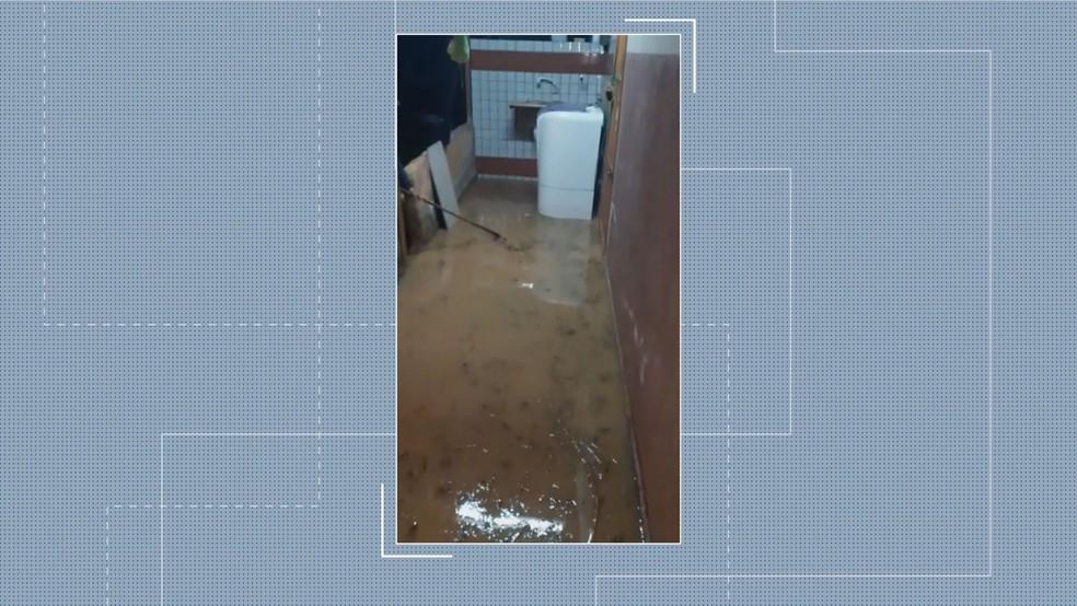 Água invade residência após rompimento de adutora na EPTG, no DF — Foto: Arquivo pessoal