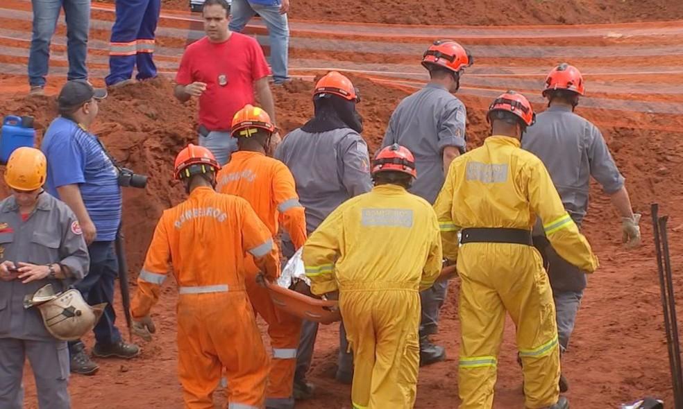 Corpos foram retirados após 6 horas de trabalho da equipe dos bombeiros (Foto: TV TEM / Reprodução )