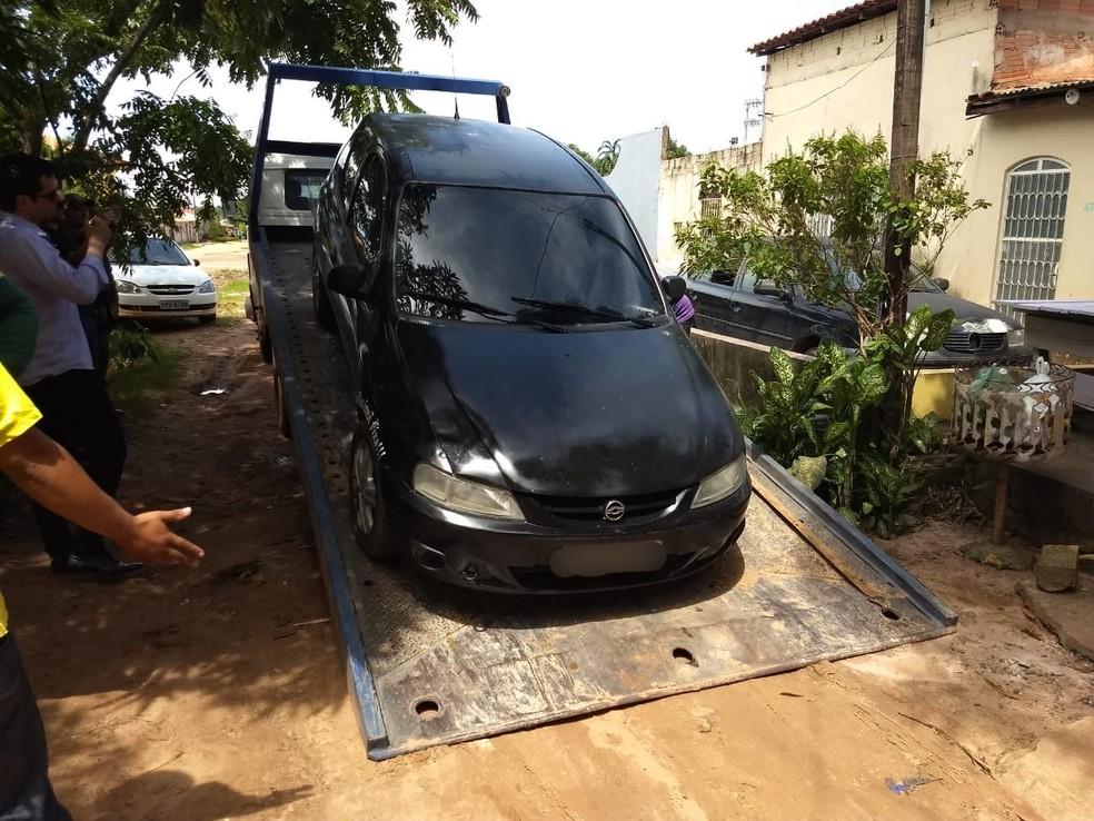 Carro foi guinchado e levado para a Semma, onde o som automotivo será retirado e ficará apreendido — Foto: Jaderson Moreira/TV Tapajós