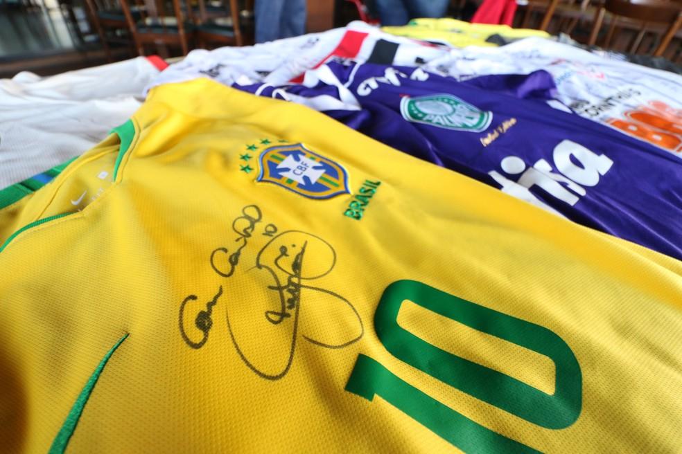 Camisa autografada de Neymar para o leilão de Enzo — Foto: Danilo Sardinha/GloboEsporte.com