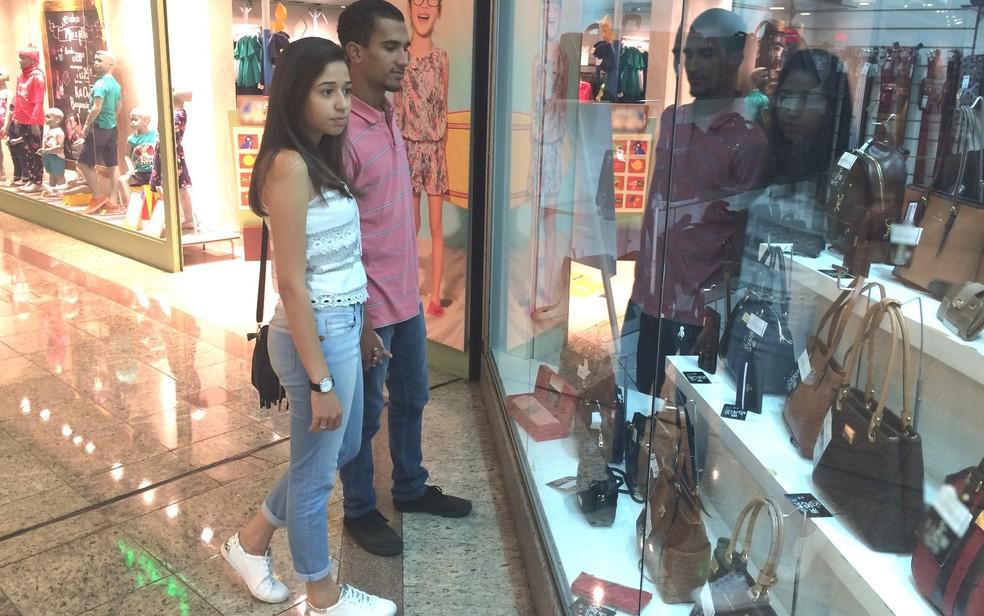 Casal em shopping de Goiânia (Foto: Paula Resende/ G1)