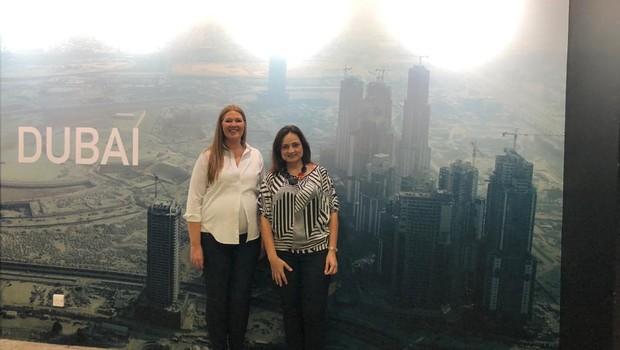 Fernanda Thees com Becky Ewen, no campus de Dubai. (Foto: Arquivo pessoal)