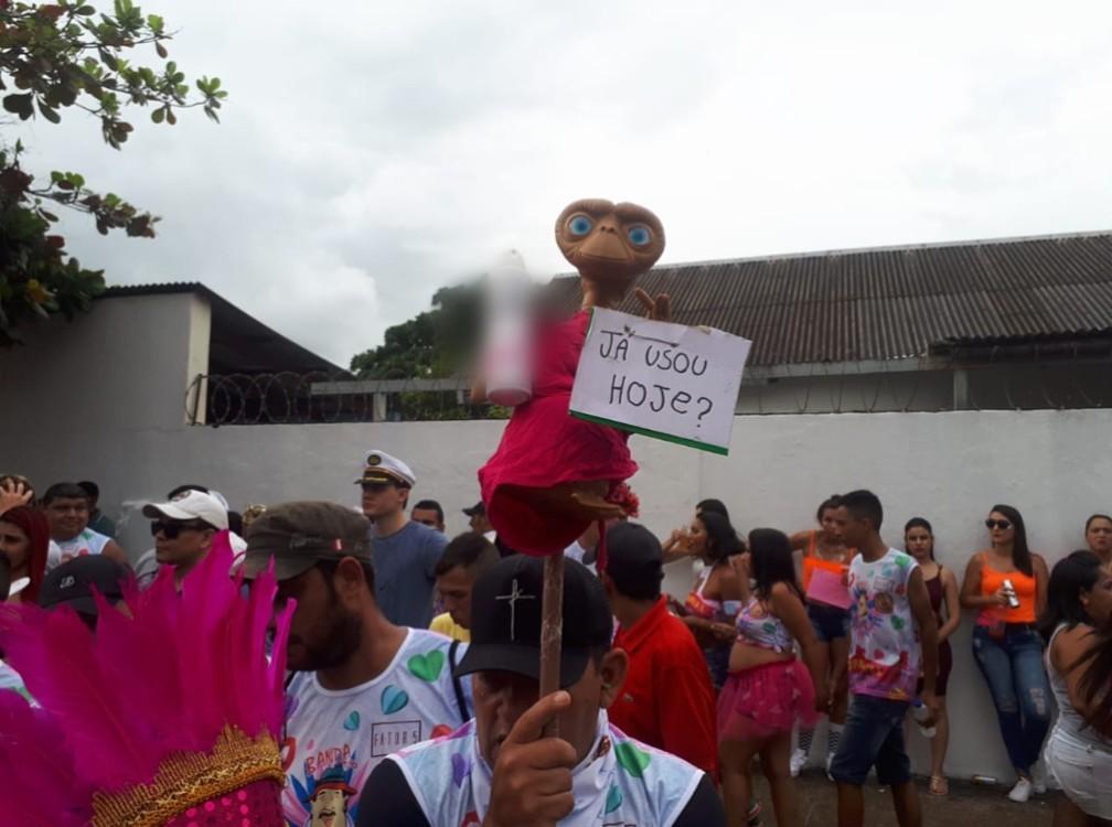 Folião aproveita para deixar mensagem durante desfile do BQVV em Porto Velho.  — Foto: Ana Kézia Gomes/G1