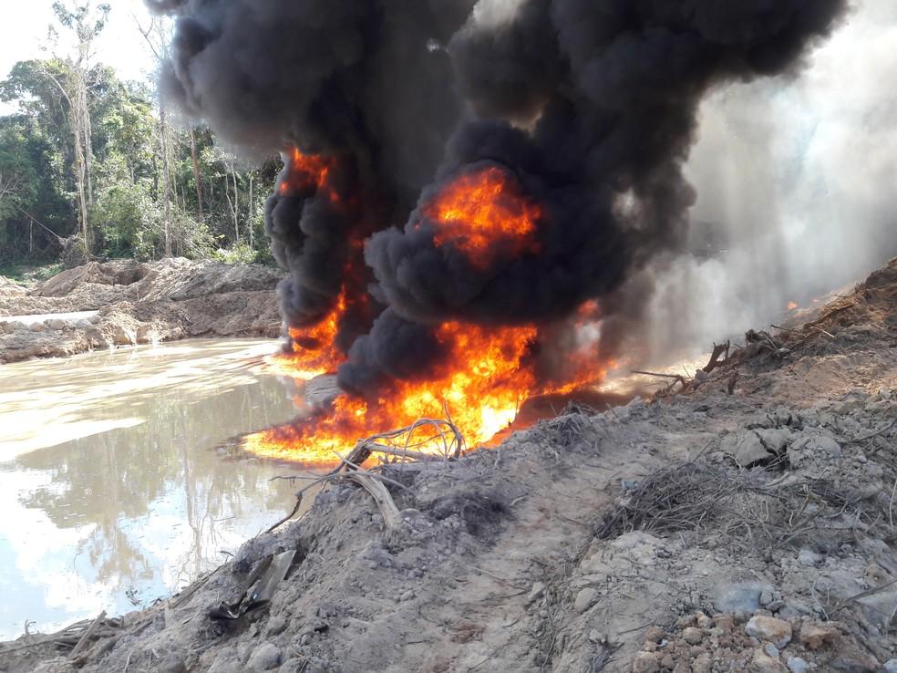 Maquinário sendo destruído pelo fogo (Foto: DPF/Divulgação)