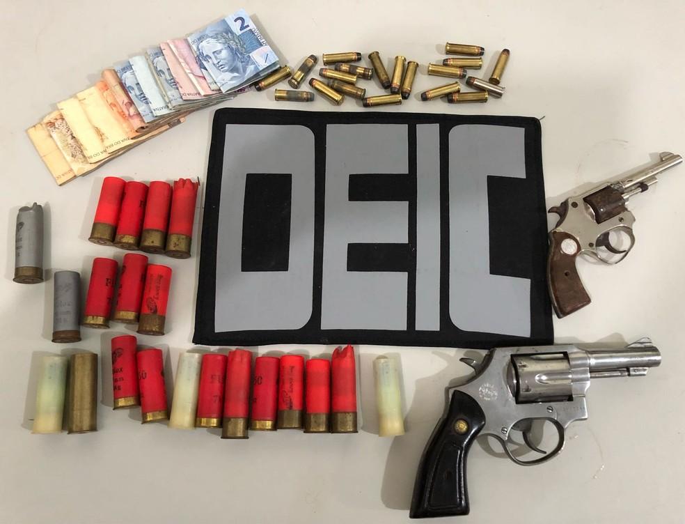 Polícia apreendeu armas, munições e dinheiro (Foto: Polícia Civil)