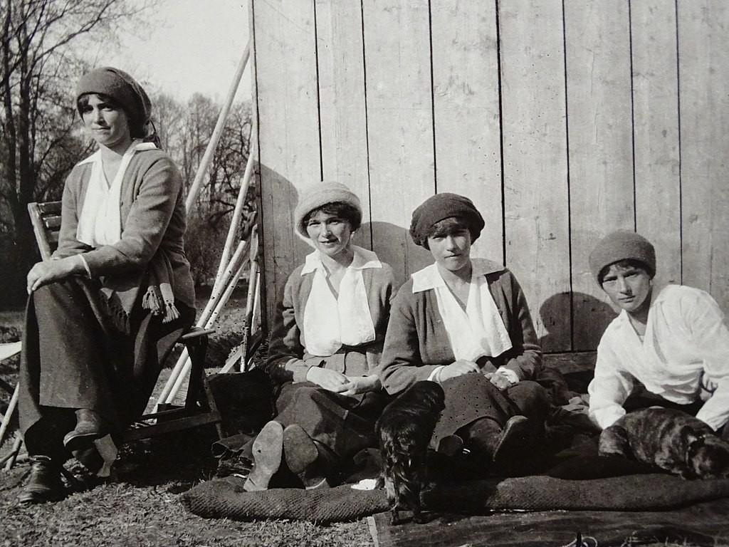 As princesas russas durante o período de prisão (Foto: Reprodução)