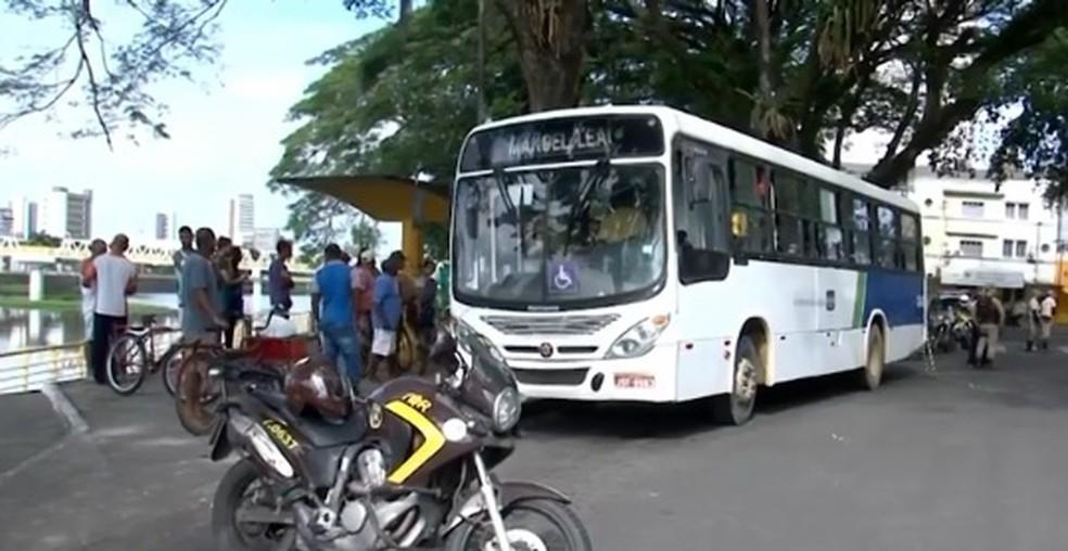 Crime ocorreu quando ônibus estava na região da Avenida Beira Rio, em Itabuna (Foto: Reprodução/ TV Bahia)