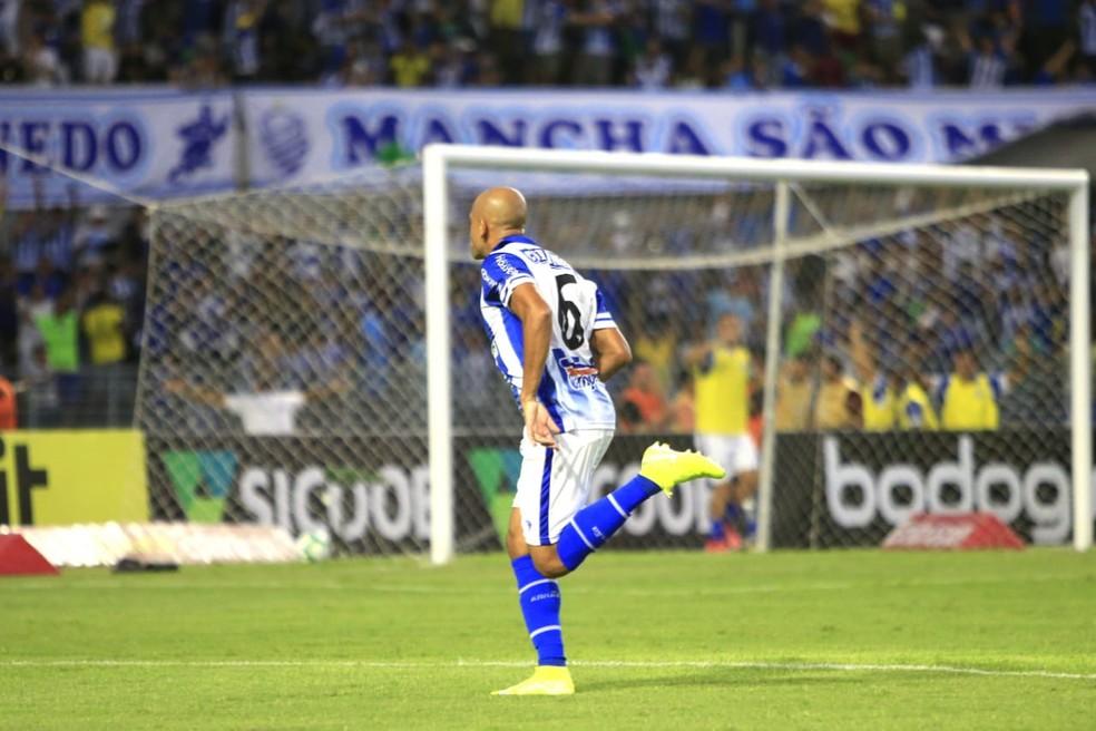 Carlinhos comemora gol no duelo com o Ceará  — Foto: Ailton Cruz/Gazeta de Alagoas