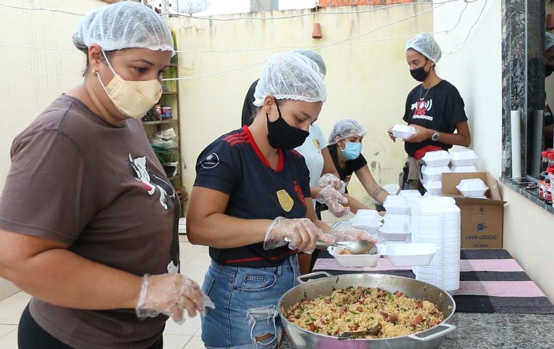 Projeto que atende favelas do RJ está no Acre e já doou mais 3 mil marmitas para afetados pela cheia