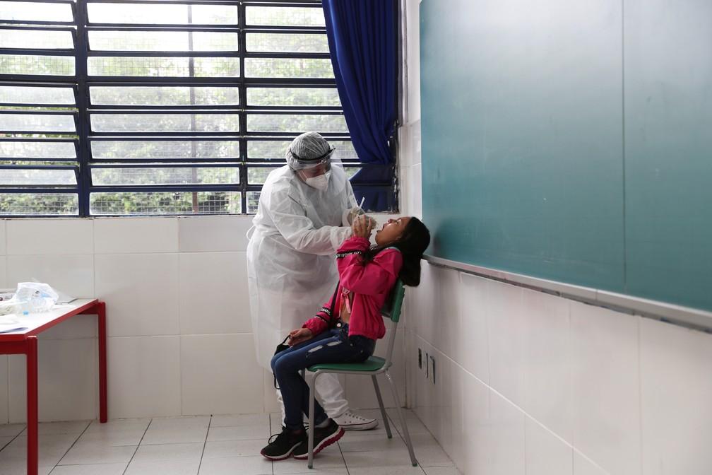 Agente de saúde faz teste PCR em aluna de escola estadual em Taboão da Serra, na Grande São Paulo, no dia 15 de outubro. — Foto: Amanda Perobelli/Reuters