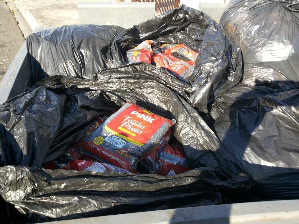 Morador encontra 100 kg de feijão preto em conteiner de lixo na frente de escola (Foto: Arquivo Pessoal)