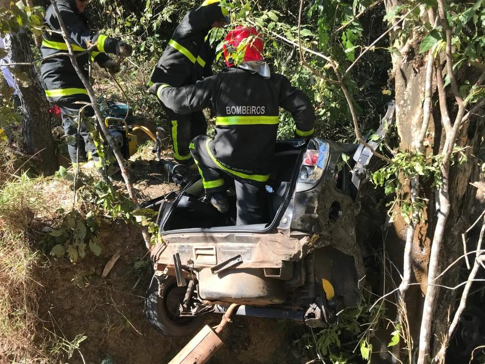 Caiu saiu da pista e caiu em um buraco às margens da BR-070 (Foto: Corpo de Bombeiros-MT/ Assessoria)