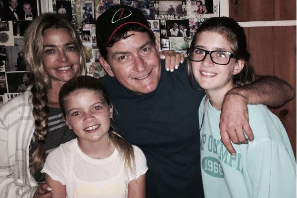 O ator Charlie Sheen com as filhas e sua ex-esposa (Foto: Instagram)