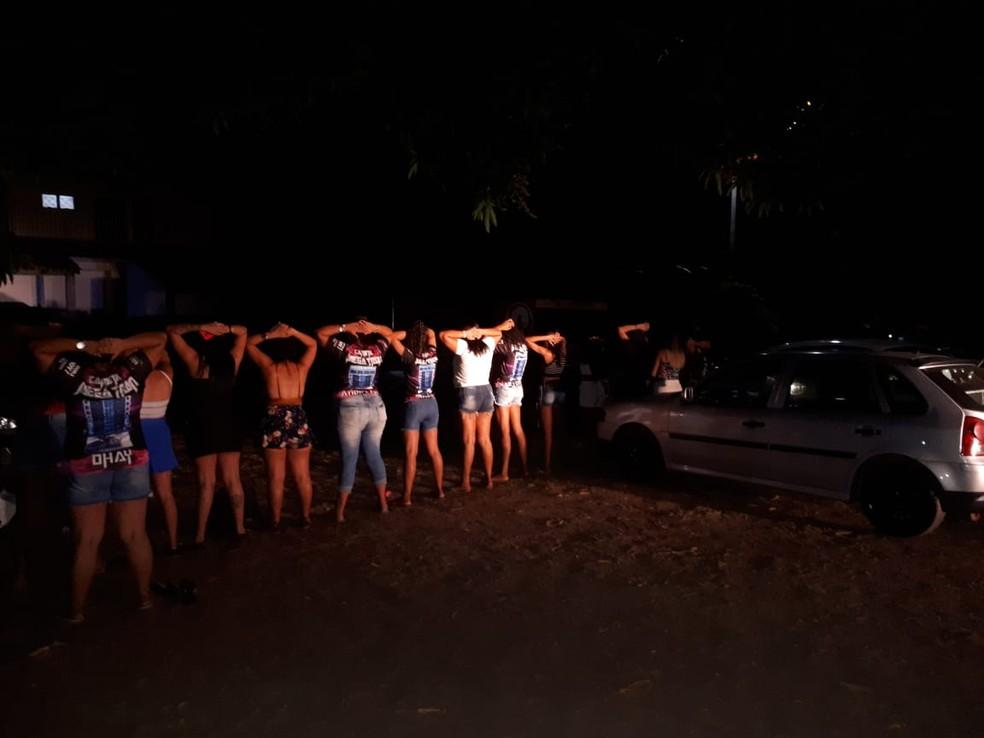 Os organizadores e os adolescentes foram levados à Central de Flagrantes de Cuiabá (Foto: Polícia Militar de MT/Assessoria)