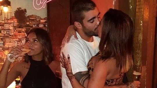 Anitta e Pedro Scooby assumem namoro e são clicados aos beijos