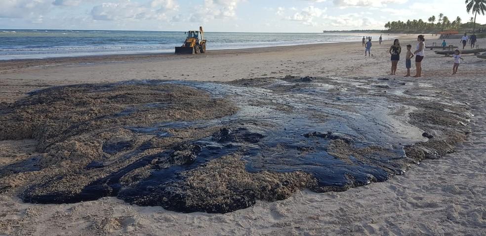 Mancha de óleo surgiu no domingo (6) na Lagoa do Pau, em Coruripe, AL — Foto: Sinval Araújo/ Arquivo Pessoal