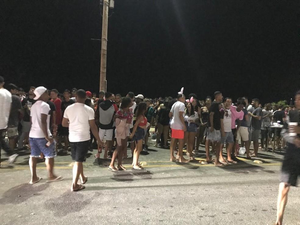 Centenas de pessoas se aglomeraram na orla da Praia do Forte, em Cabo Frio, no RJ — Foto: Divulgação
