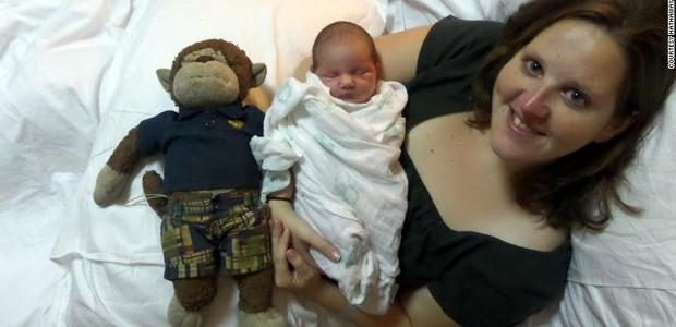 Stephanie com o primeiro filho (Foto: The Sun)