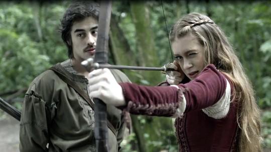 Amália treina arco e flecha com Tiago