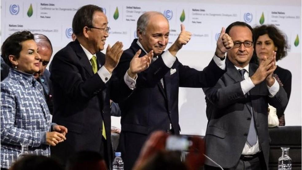 Há cinco anos o acordo de Paris foi assinado e comemorado com alegria na capital francesa — Foto: EPA