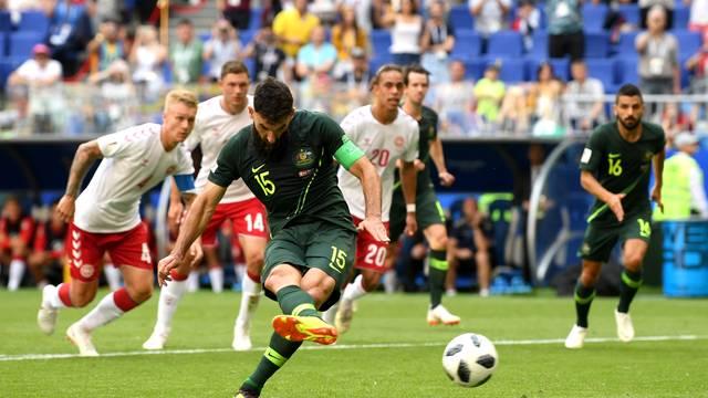 Jedinak, da Austrália, marca de pênalti contra a Dinamarca