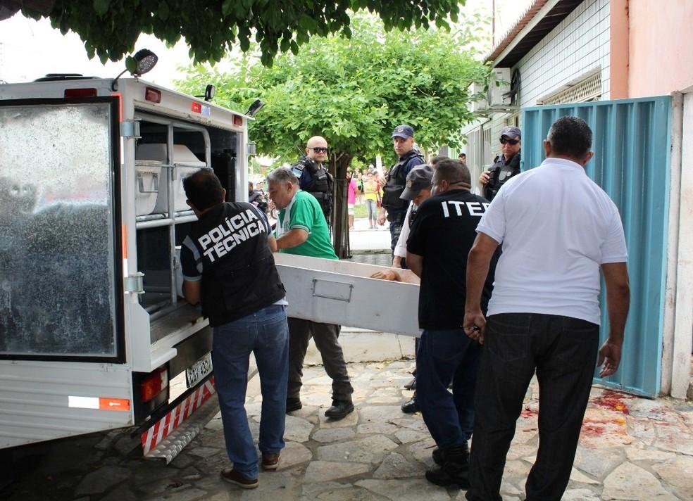 Baleado no pescoço, idoso morreu na calçada de casa (Foto: Marcelino Neto/O Câmera)