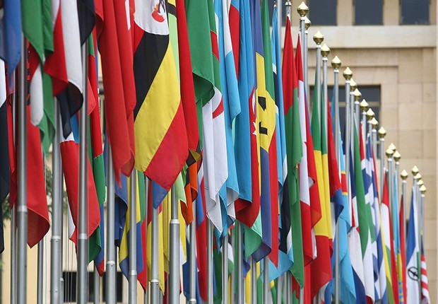Bandeiras na sede da ONU de Genebra (Foto: Johannes Simon/Getty Images)