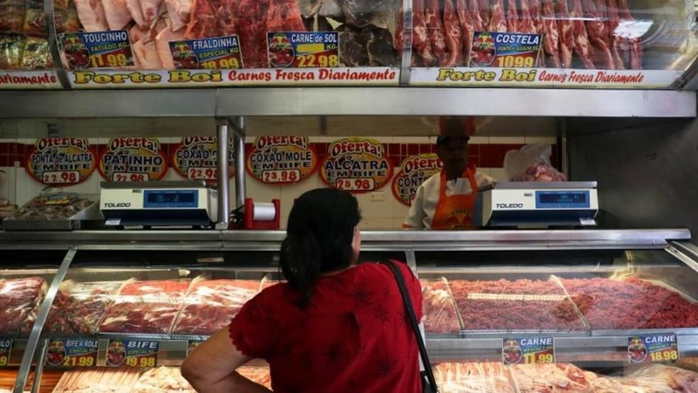 Segundo a Associação Brasileira de Supermercados (Abras), em menos de três meses o custo do contrafilé subiu 50% para os supermercados; o do coxão mole, 46%. Por isso, foram repassados aos consumidores — Foto: REUTERS/AMANDA PEROBELLI via BBC