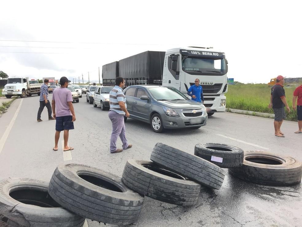 Paralisação bloqueou BR-104, em Campina Grande (Foto: Felipe Valentim/TV Paraíba)