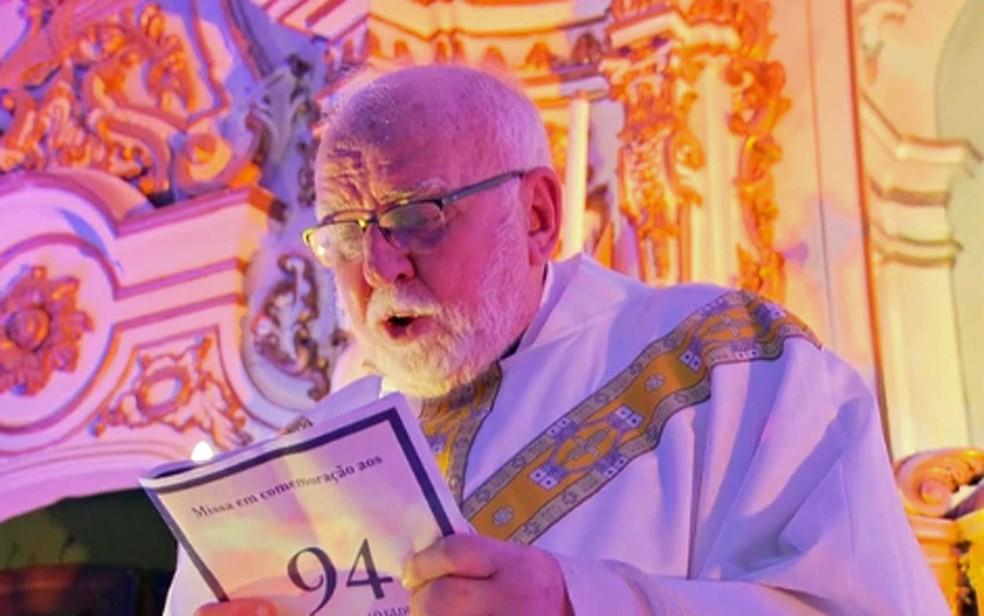 Monsenhor José Roberto Devellard celebra a missa dos 94 anos do jornal 'O Globo' no último dia 29 de julho — Foto: Reprodução / TV Globo
