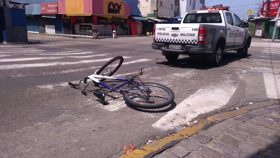 Ciclista e passageiro bateram na lateral de um caminhão no bairro Alecrim, na Zona Leste de Natal — Foto: Geraldo Jerônimo/Inter TV Cabugi