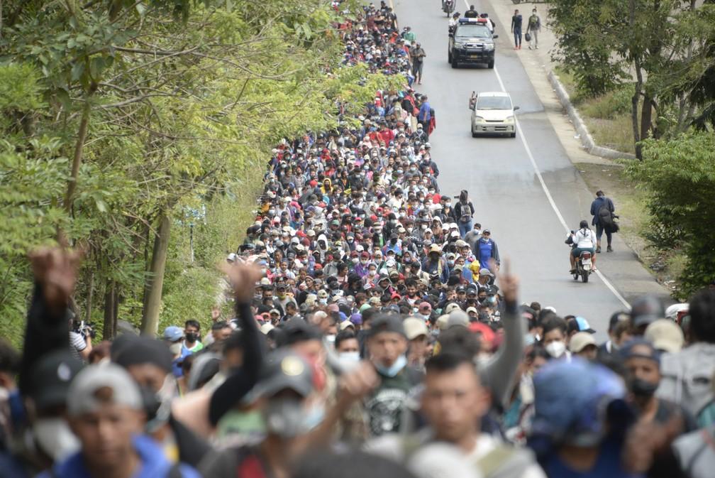 Milhares de migrantes hondurenhos passaram polícia e entraram na Guatemala na sexta-feira (5). — Foto: Johan Ordonez/AFP
