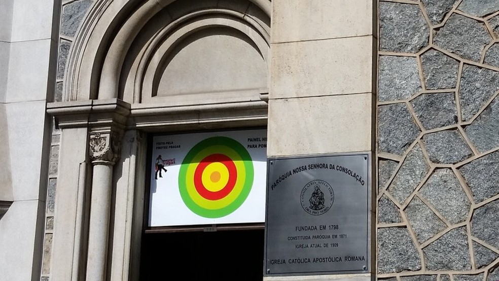 Igreja resolveu usar painel hipnotizador para pombos (Foto: BBC Brasil)