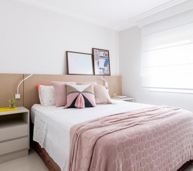 QUARTO DE CASAL   Móveis do acervo dos moradores se misturam a quadros da UrbanArts. Roupa de cama da Sheepy. Almofadas da Tricô Decor (Foto: Julia Herman/ Divulgação)