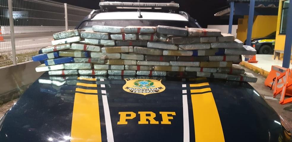 PRF apreende 51 kg de cocaína na CE-085, em São Gonçalo do Amarante, na noite desta quarta-feira (31). — Foto: PRF/Divulgação