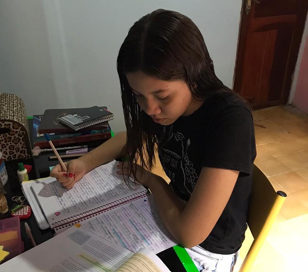 A estudante maranhense Yasmine Schulz estuda em casa e afirma que não conseguiu se adaptar ao ensino à distância.   Foto: Arquivo pessoal