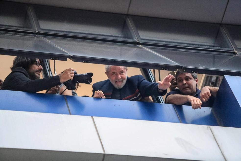 O ex-presidente Lula a acena para militantes da janela do Sindicato dos Metalúrgicos, em São Bernardo (SP) (Foto: Gabriela Biló/Estadão Conteúdo)